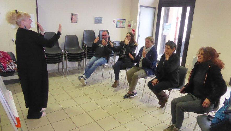 Marie-Claire Wrotnyet ses élèves pendant un cours.