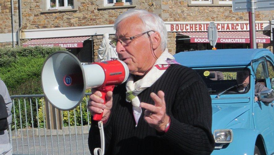 En pleine modernité, Hubert percheron, l'organisateur, passe les dernières consignes avant le départ, au haut parleur. Fini le morse !
