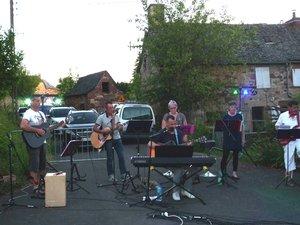 Les musiciens ont misde l'ambiance au cœur du villagede Saint-Geniez-des-Ers.