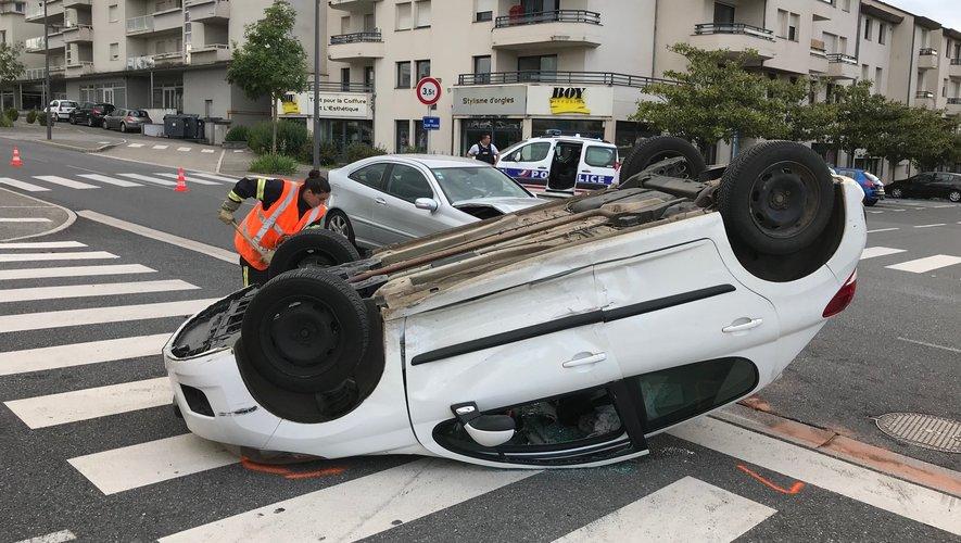 Sous la violence du choc, le véhicule percuté s'est retrouvé sur le toit.