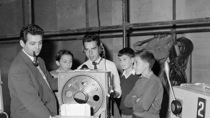 Pierre Sabbagh (G), présentateur du journal télévisé, installe ses caméras de télévision, sous l'oeil attentif de jeunes admirateurs