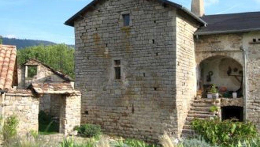 Une vue du hameau de Saint-Caprazy et de la seule tour restante du château.