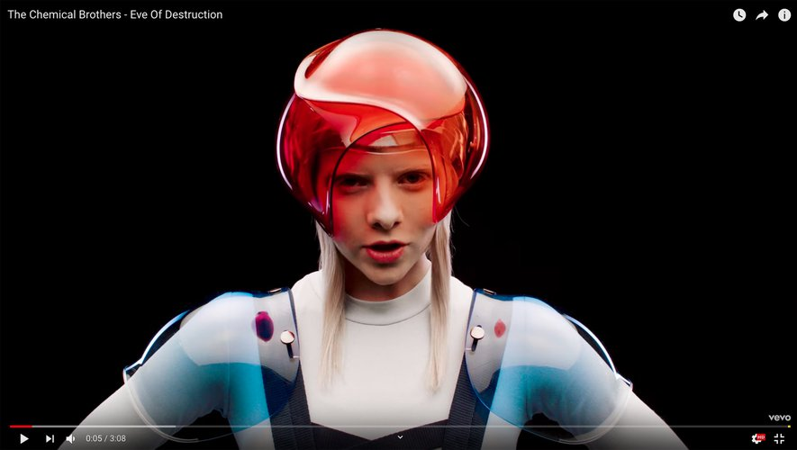 """La Norvégienne Aurora, dans le clip """"Eve of Destruction"""" du groupe The Chemical Brothers."""