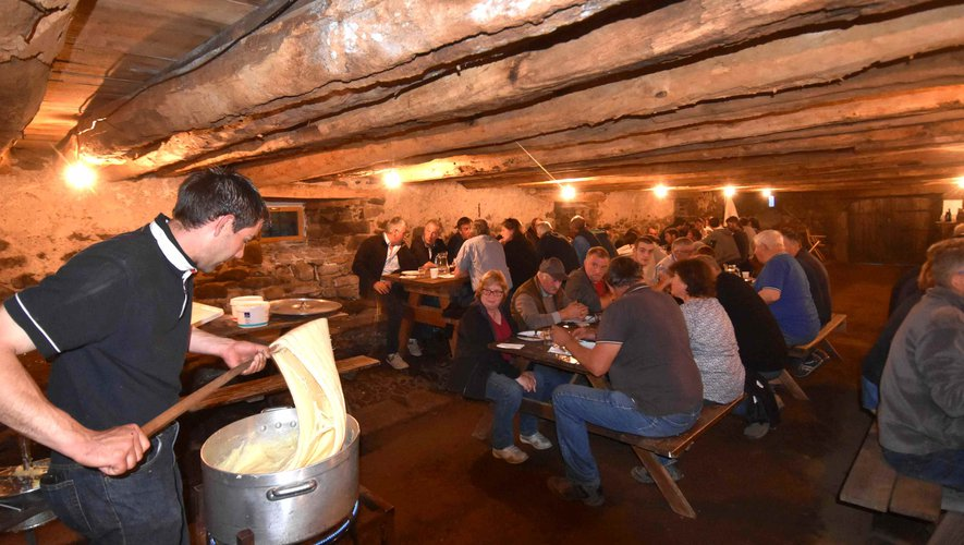 Autour de l'aligot l'association des éleveurs Aubrac en pays d'Olt et les partenaires de la fête de l' estive au buron des Bouals à Aubrac,