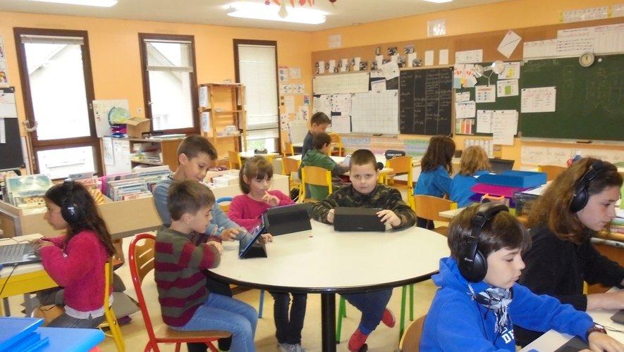 Des élèves très attentifs au nouveau matériel.