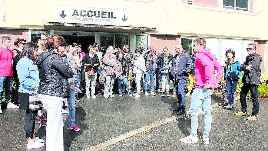 Près de 60 personnes se sont rassemblées, hier, en fin d'après-midi, devant l'hôpital./Photo BHSP