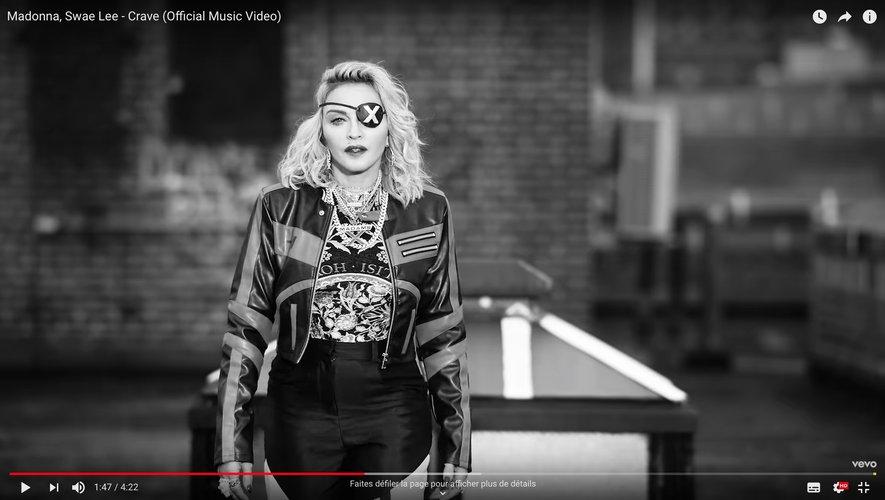 """Madonna dans le clip de """"Crave"""" avec Swae Lee."""