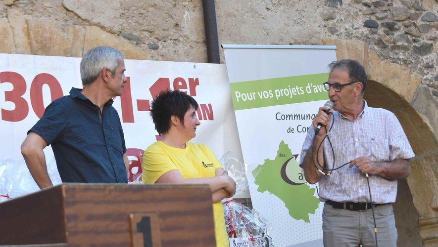 Mr Marc Bories,   maire, Agnès Imbert, présidente du Moto Club 12, Mr Jean-Paul Peyrac, président de la com.com des causses à l' Aubrac à la remise des prix des 3 jours de l'Aveyron de moto trial.