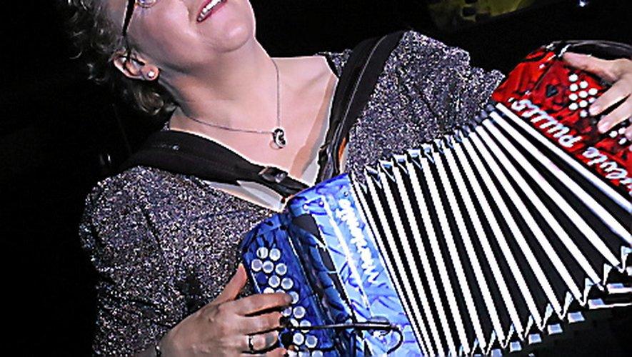 Sylvie Pullès et son Marionito bleu, blanc, rouge.