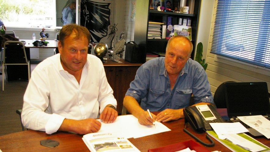 Patrick Bourdoncle et Bruno Bousquet signent la convention qui lie le FPG à la métallerie Bourdoncle.