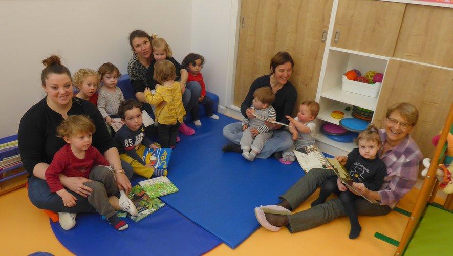 Les enfants et les responsables de ce multi-accueil lors de l'intervention d'une bénévole de « Lire et faire lire » dans les nouveaux locaux.