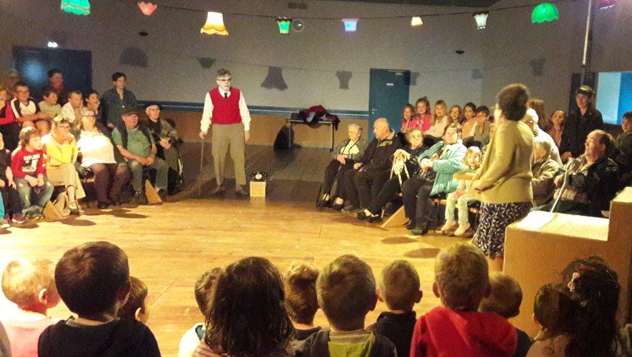 Enfants de l'école et résidents de la maison du Bon Accueil ont assisté ensemble au spectacle.