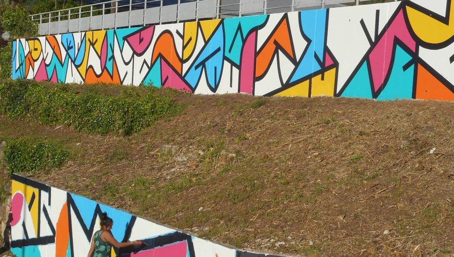 Sifat couvre les murs de tracés qui oscillent entre lettres, symboles et parcours urbains.
