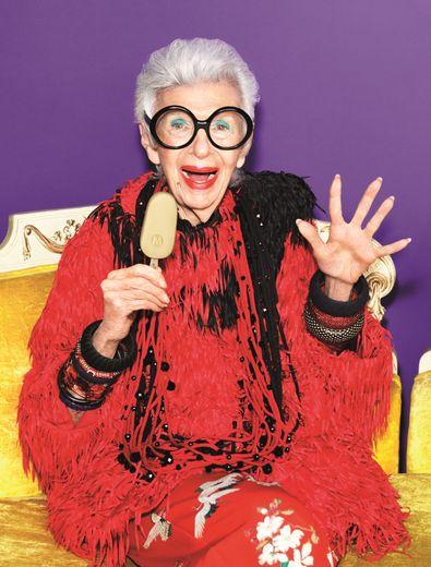 L'entrepreneuse, architecte d'intérieur et icône de mode Iris Apfel, égérie de la marque Magnum.