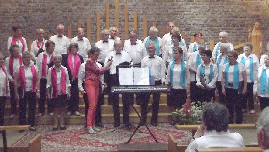 Les choristes de la chorale Haut Ségala et leur chef de chœur Geneviève André avant le début du concert.