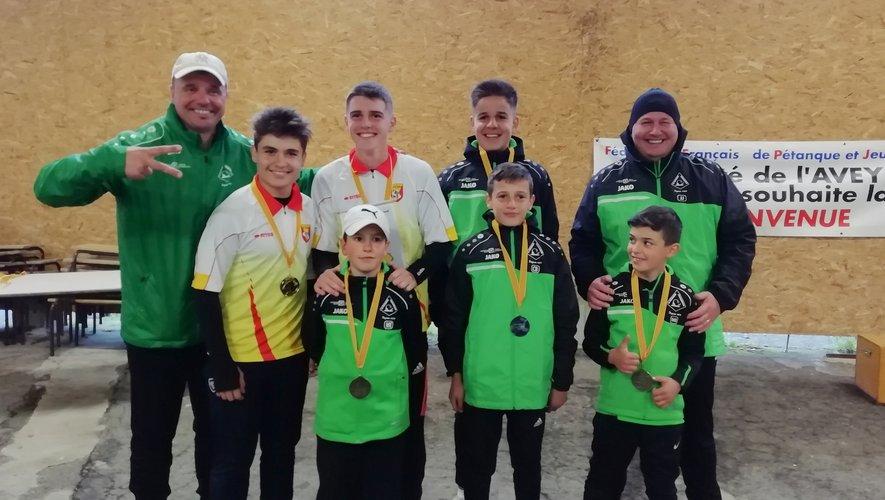 Les participants au championnat d'Aveyron de pétanque doublettes jeunes.