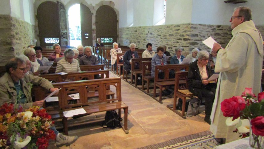 Les paroissiens se sont réunis  dans le cadre du Rosaire