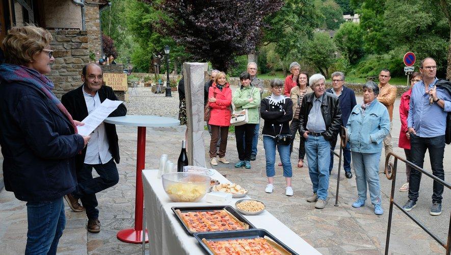 Vernissage de l'exposition « Aveyron, Impressions » (Gilles Tordjeman est accoudé à la petite table de bar).