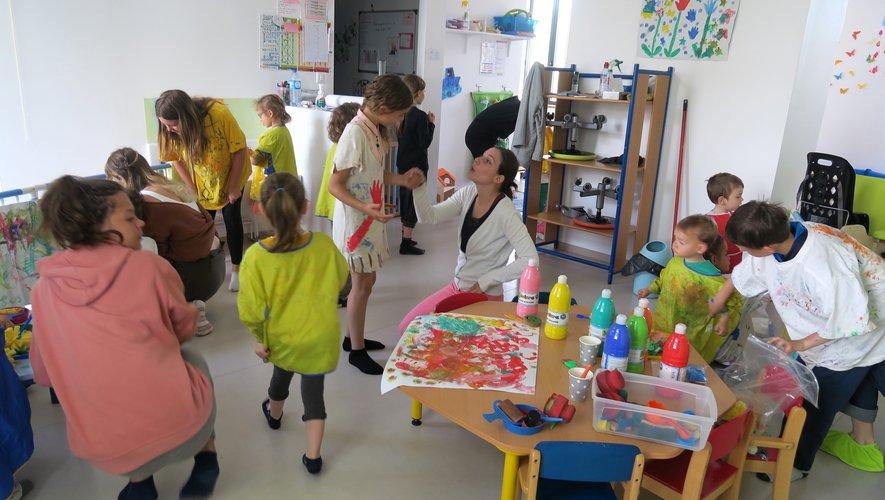 Main dans la main, les 25 enfants ont peint une fresque collective, fait des dessins…
