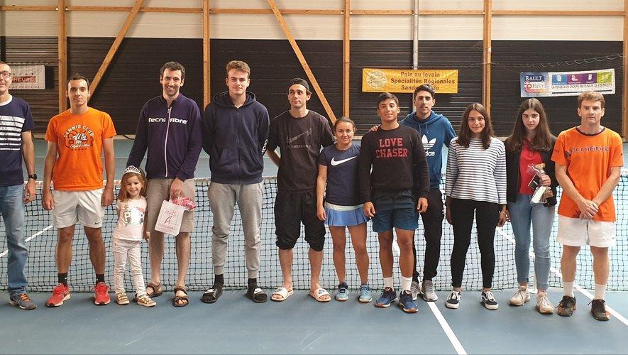Les finalistes du tournoi de tennisavec Frédéric Grand.