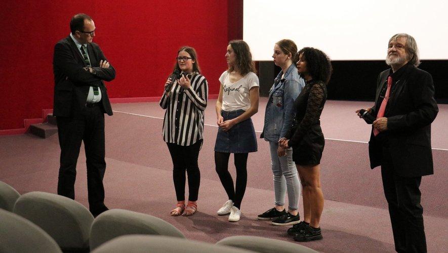 Les deux animateurs de l'atelier entourent les jeunes qui parlent de leur travail.