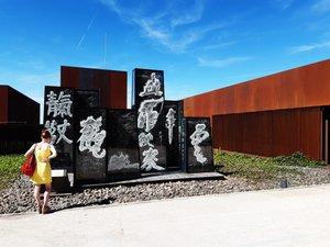 L'oeuvre est installée à proximité de l'entrée du musée.