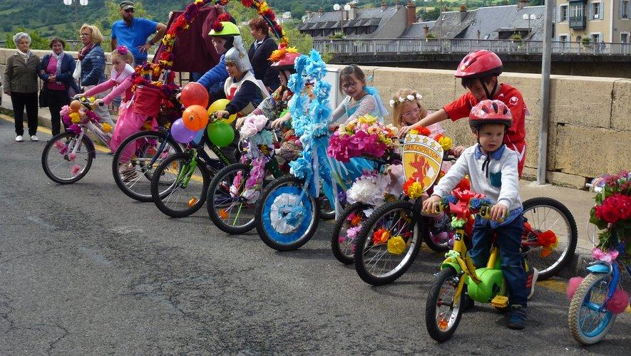 Les vélos fleuris ont défilé dans les rues.