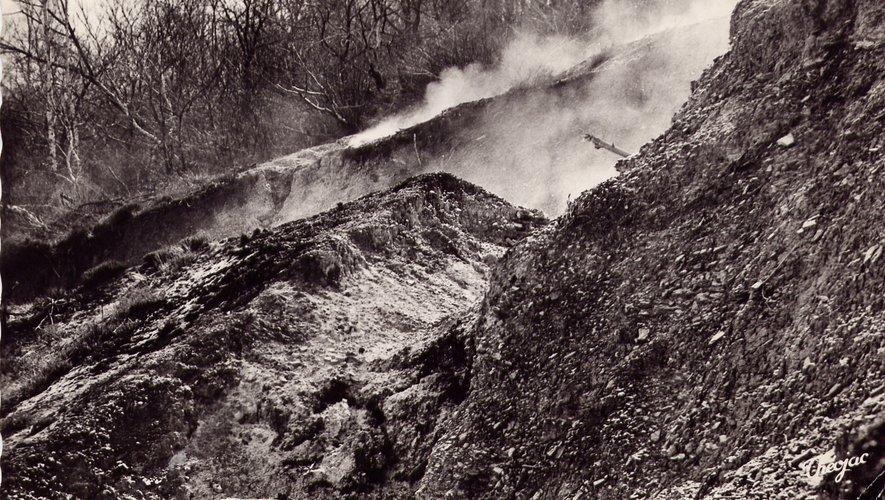 Un cliché d'époque de la montagne qui brûle.
