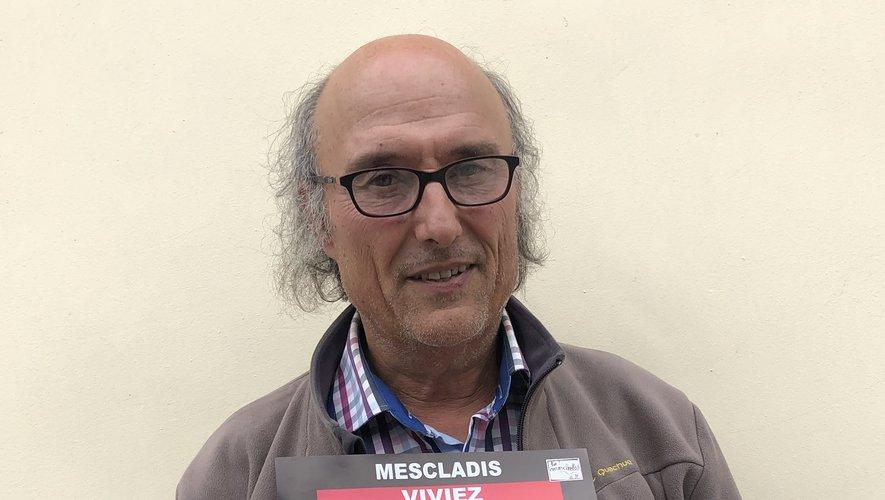 Jean-François Mariot, membre de l'association Mescladis, présente l'affiche de l'événement.
