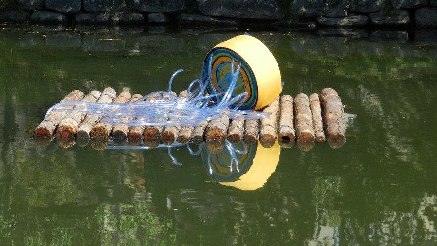 L'œuvre artistique de Tsama Do Paço, posée sur l'eau.