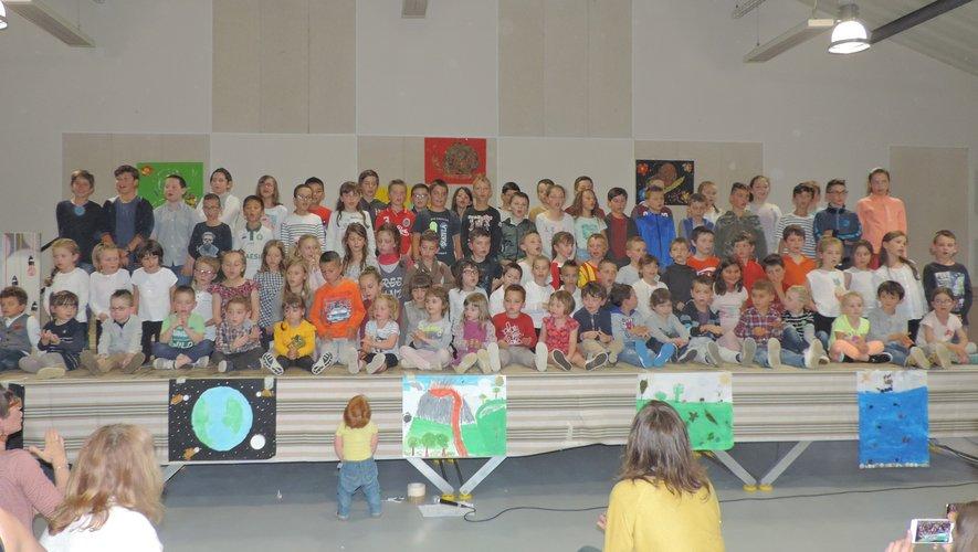 Les enfants chantent «Y en a assez pour tout le monde».