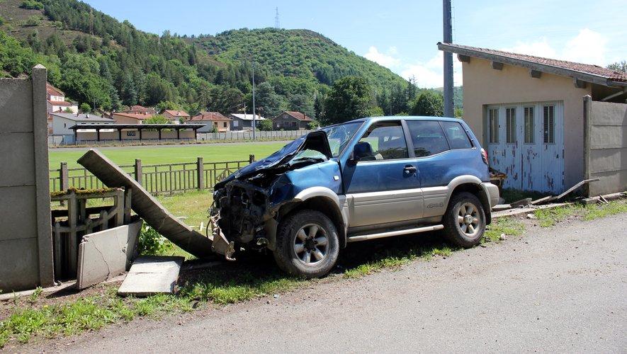 Une partie du mur du stade de Viviez  et le véhicule ont été détruits.