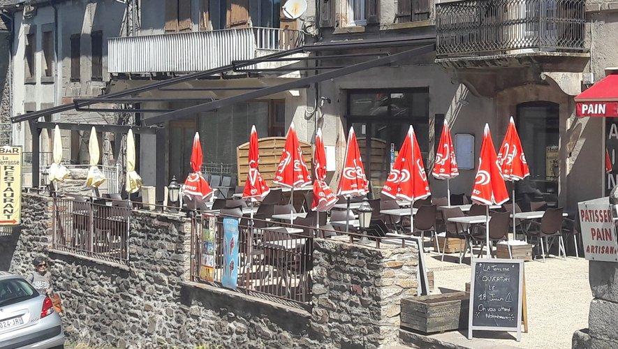Le restaurant et sa terrasse sont prêts à accueillir les clients.