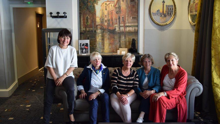 La présidente Colette Cambournac (au centre)et son équipe de « Femmes leaders mondiales » ravies d'accueillir Claudie Haigneré.