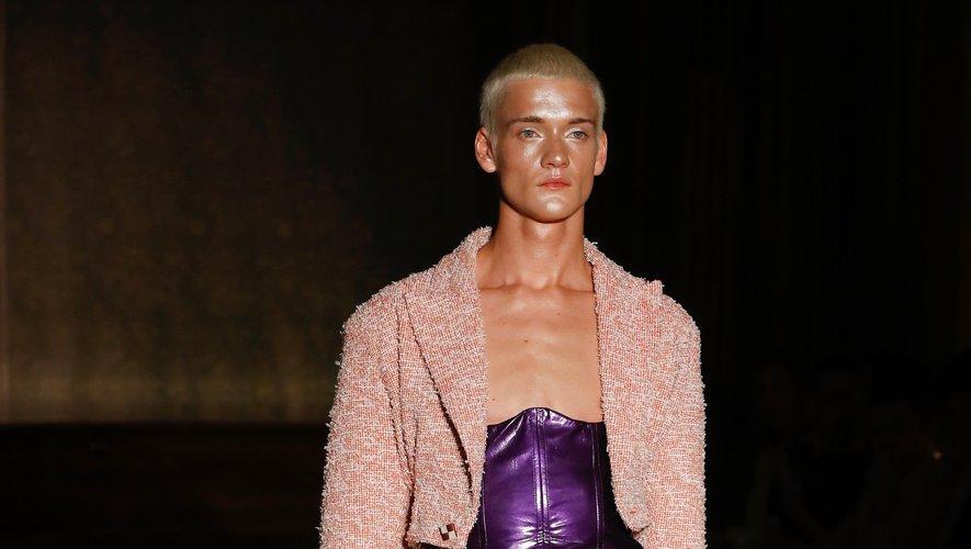 Chez Palomo Spain, les hommes évoluent en jupes et vestes de tailleurs, arborant également des corsets. Paris, le 18 juin 2019.