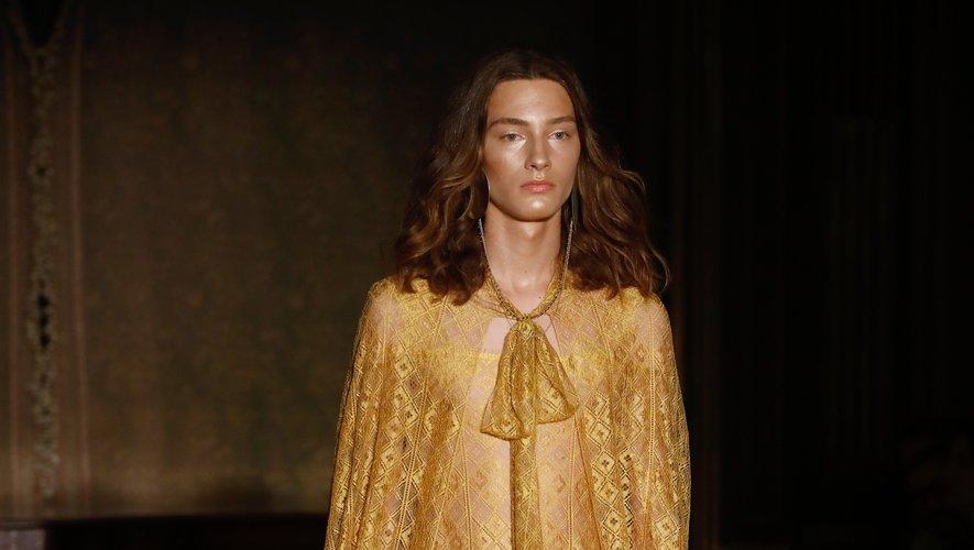 Palomo Spain puise son inspiration dans les siècles - voire les millénaires - passés, et utilise certaines matières jusqu'alors réservées aux femmes, comme la dentelle, pour le vestiaire de l'homme. Paris, le 18 juin 2019.