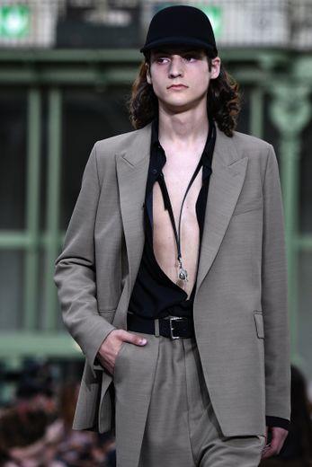 Comme déjà vu à Milan et Londres, AMI Alexandre Mattiussi révèle le torse des hommes. Toutefois, il n'oublie pas complètement la chemise, il en propose simplement des versions effet déchiré. Paris, le 18 juin 2019.