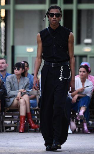 AMI Alexandre Mattiussi signe une collection plus classique, qui s'inspire du style urbain avec quelques éléments plus rock. Le noir, le beige, le blanc, et le rouge dominent la palette. Paris, le 18 juin 2019.