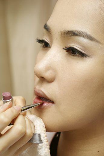 YouTube propose une fonctionnalité en réalité virtuelle qui permet d'essayer virtuellement du maquillage.