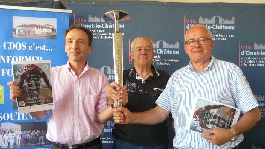 La flamme olympique tenuepar les trois partenaires :Face, CDOS et mairie.