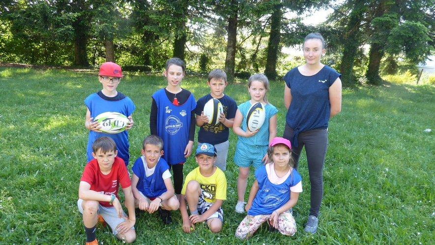 Les enfants participant à cet atelier initiation au rugby avec Marie Couvignou.