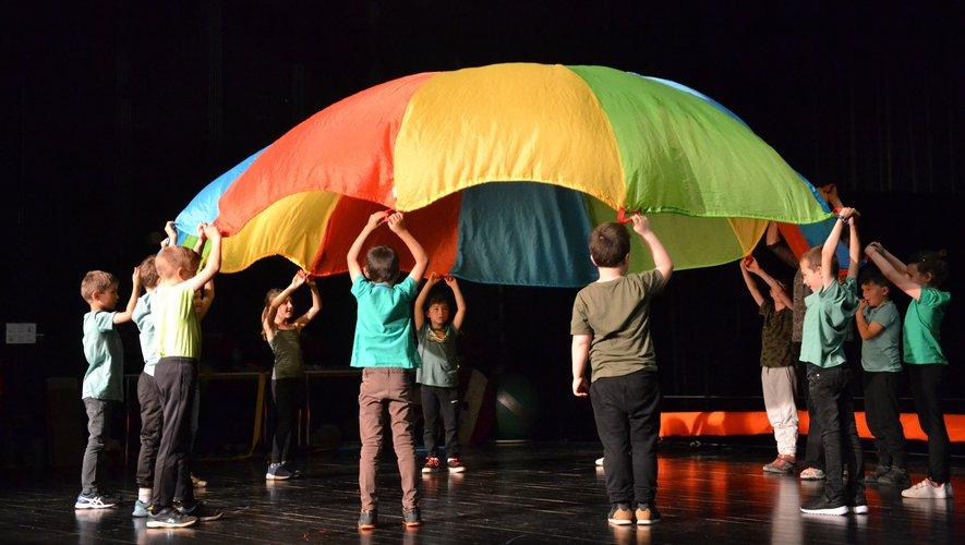 Le parachute, gai et coloré.