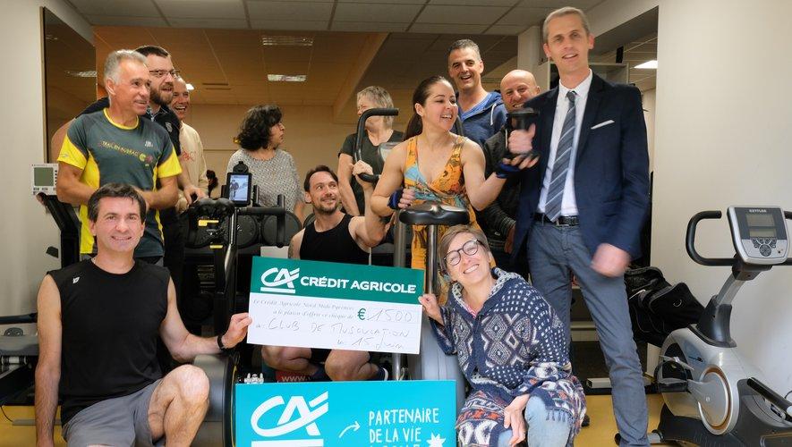 Xavier Rayssac et ses administrateurs remettant le chèque de 1 500 € au club de musculation rieupeyrousain.