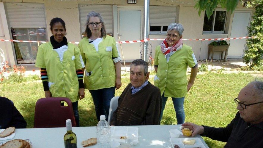 Ninda, Maria, Claude, personneldes Platanes et quelques résidants.