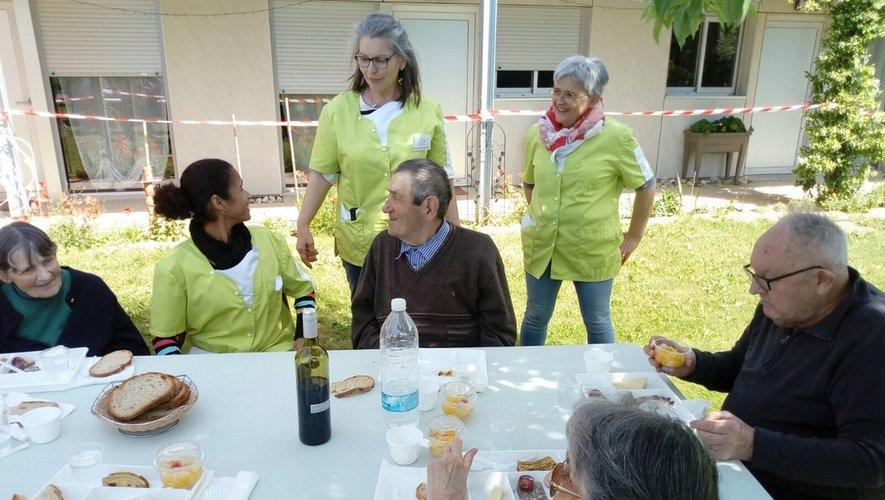Ninda, Maria, Claude, personnel des Platanes, avec quelques résidents