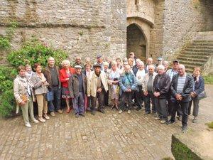 Le groupe à l'intérieur des murs historiques de la Couvertoirade.
