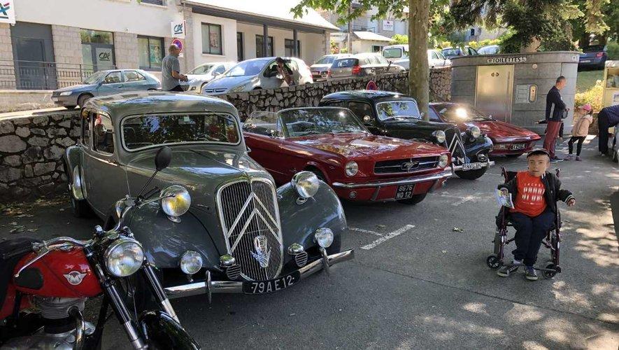 Le jeune Tom a une passion pour les belles voitures !