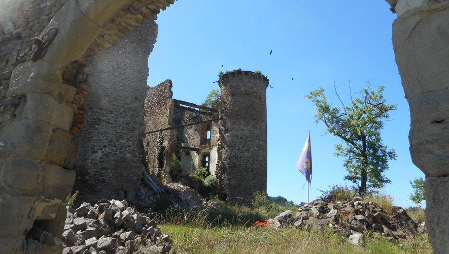 Le château se dresse entre Flagnac et Agnac.