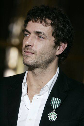 Le musicien Philippe Zdar pose avec l'insigne des Arts et Lettres, le 17 février 2005 à Paris