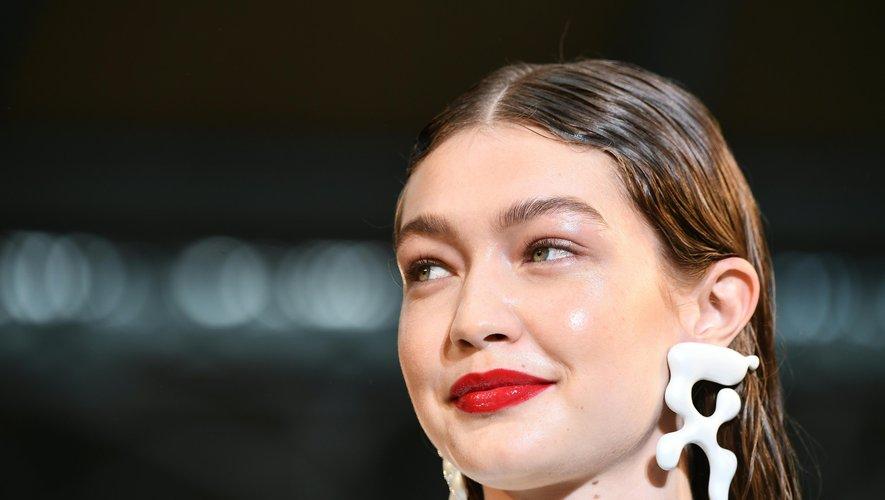 Coiffure effet mouillé sur Gigi Hadid chez  Off-White